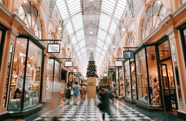 shopping-mall-holiday-season